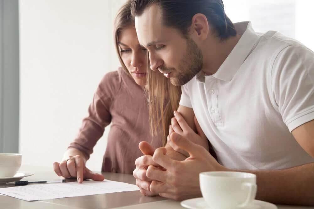 בני זוג בתהליך חתימה של הסכם ממון