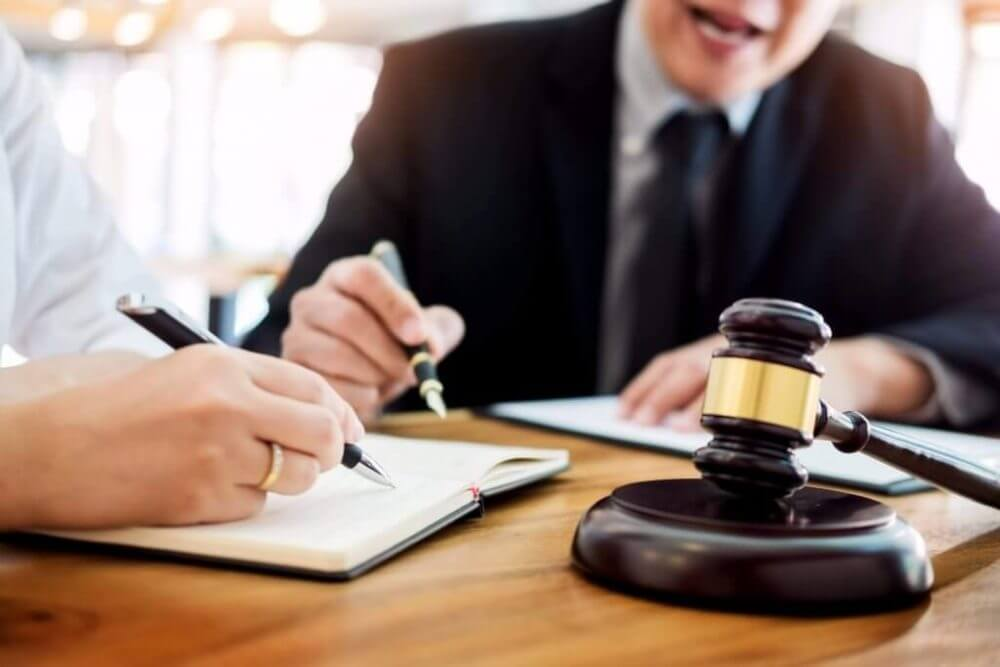 דיני עבודה עורך דין לענייני עבודה חותם על חוזה