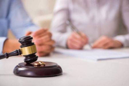 עורך דין בזמן חתימה על דמי מזונות