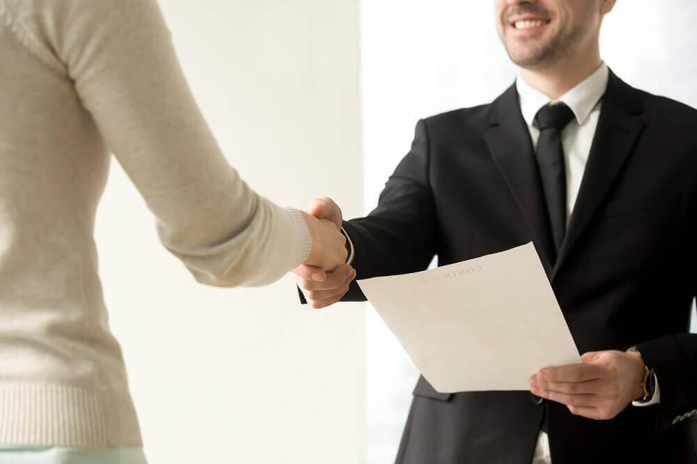 עורך דין דיני עבודה חותם הסכם